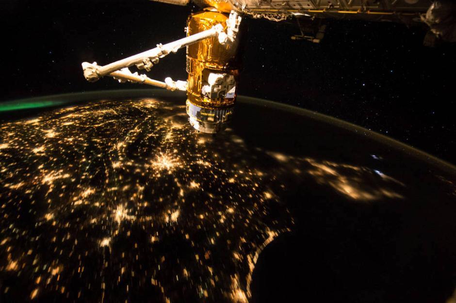 国际空间站掠过美国上空 宇航员在社交网站打招呼