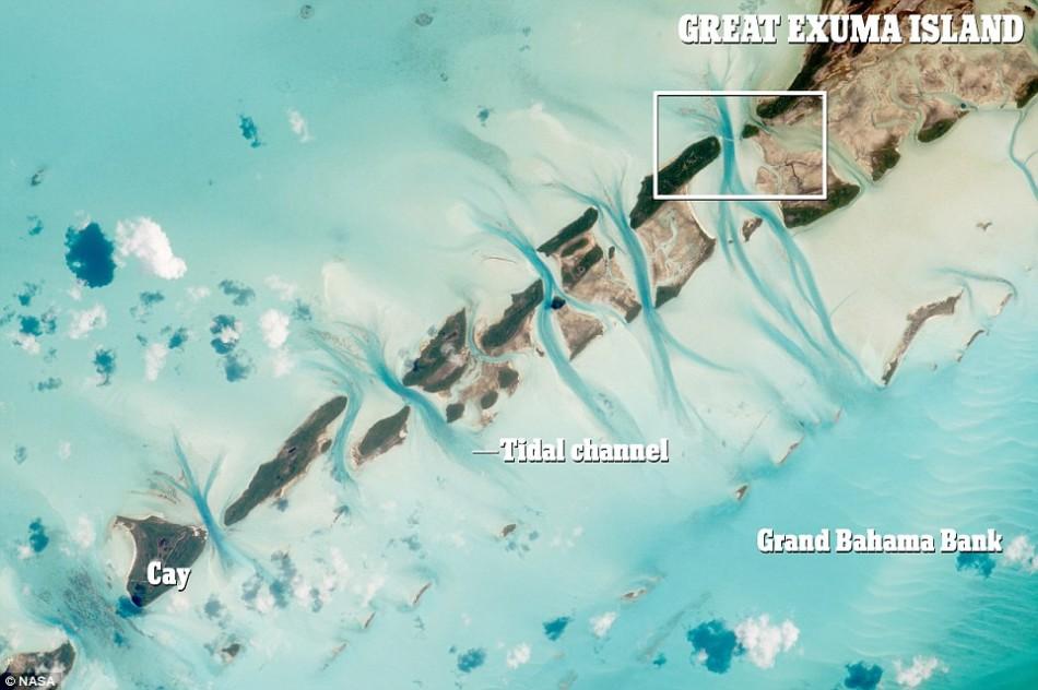 这架飞机的位置就在这张图上被圈出来的方框区域内。在近岸边微小的潮汐涨落导致每天都有海水从沙洲之间狭窄的水道来回流过,从而形成如此奇特的地形景观