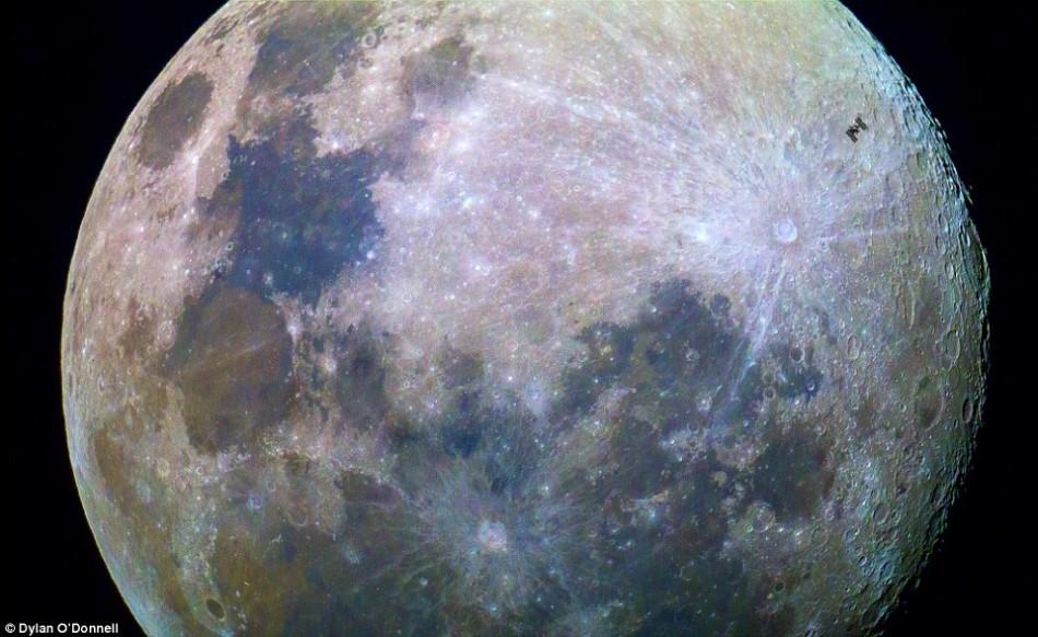 但如果从我们地球上的视角来看,显得渺小不堪的就变成了国际空间站本身了。就在今年早些时候,一名澳大利亚摄影师曾经拍摄到一组非常经典的照片,展示国际空间站从月球前方
