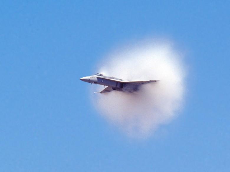 """音爆的瞬间,飞行物四周的水珠也会因气温骤降而凝结,形成白蒙蒙的""""雾""""。"""