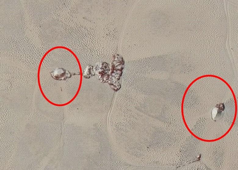 新视野号拍下冥王星凹凸不平的地表,及冰山(红圈示)。