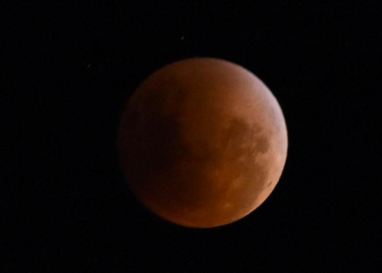 摄影师在德国埃森市拍下月全食后月亮重现