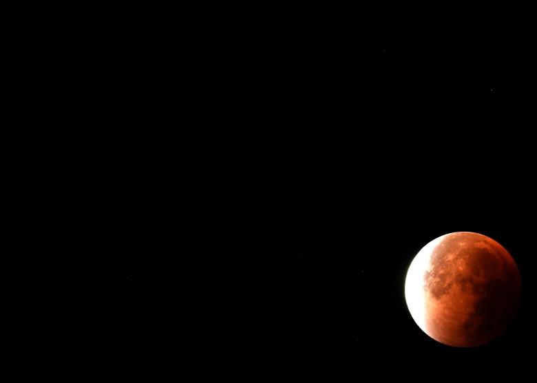 全食后重现的月亮,在漆黑夜空映衬更见壮丽。