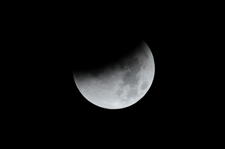 超级月亮碰上月全食十分罕见