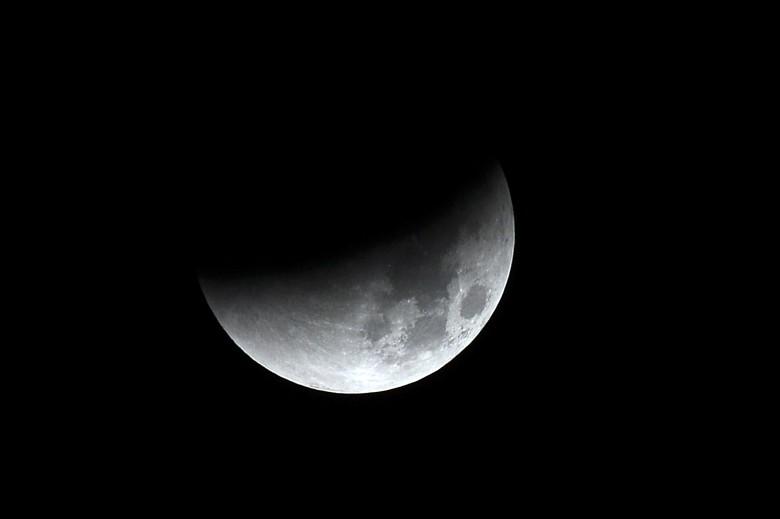 月全食将大半个超级月亮遮蔽