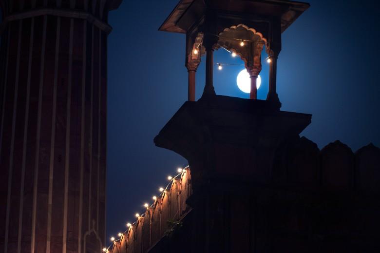 超月照亮了印度名胜泰姬陵