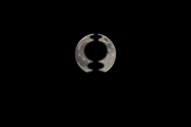 摄影师利用泰姬陵的精致建筑,与超月形成独特构图。