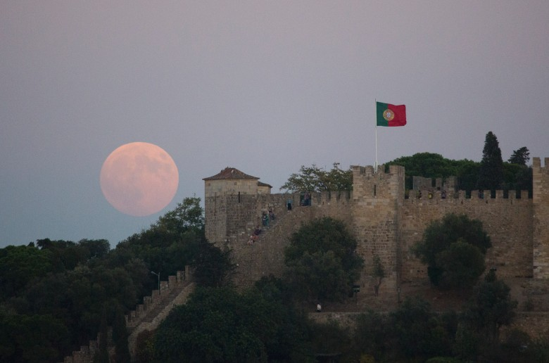 超月在葡萄牙里斯本缓缓升起