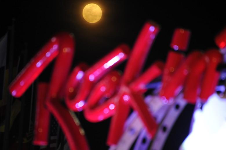 巴西里约热内卢的民众在摇滚音乐节中迎接超月