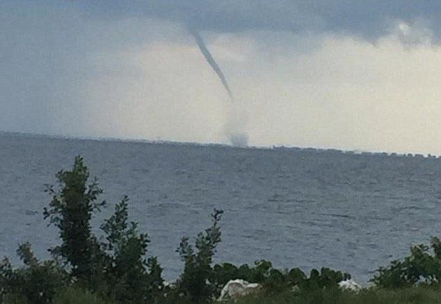 美国佛州近海遭海上龙卷风袭击