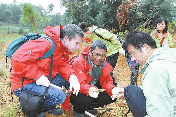 2011年9月24日,世界自然保护联盟专家实地考察澄江化石地。