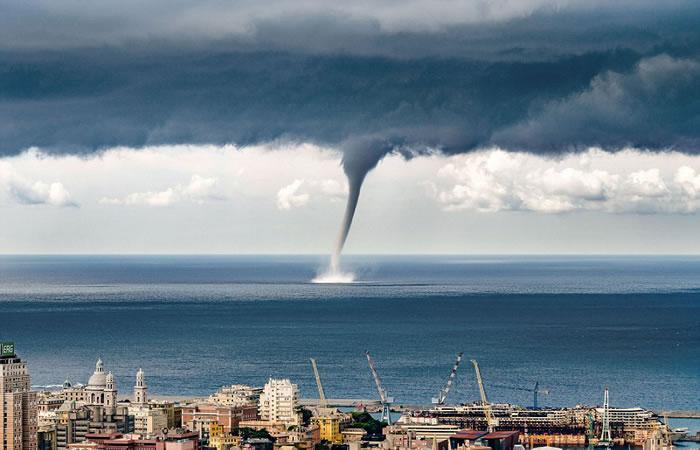 意大利西北部热那亚海湾出现巨大海上龙卷风