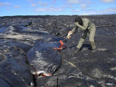 科学家在美国夏威夷基拉韦厄火山取温度高达1400℃的熔岩样本