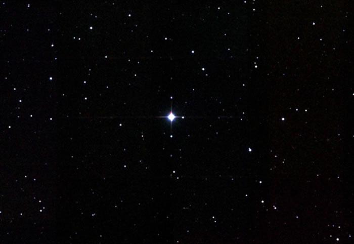 天文学家在红巨星XX Triangulum表面观测到巨型黑子