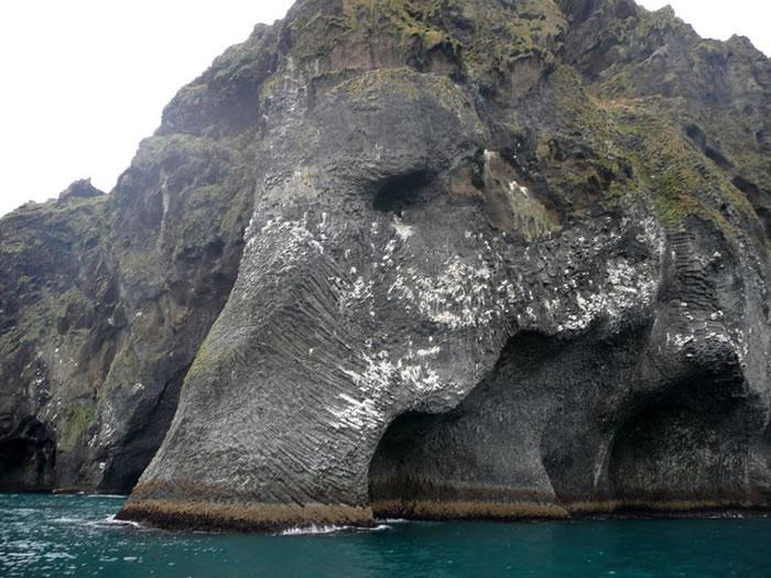 """冰岛韦斯特曼纳火山群岛中最大的赫马岛岸边:巨大""""大象""""趴在蔚蓝海里喝水"""