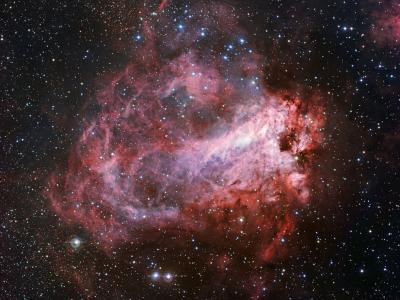 欧洲南方天文台宽视场成像仪捕捉到玫瑰色的Messier 17星云