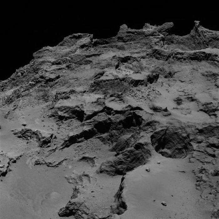 """近距离拍摄的67P彗星表面结构,最新研究显示,这颗彗星的""""橡皮鸭""""外形是由两颗彗星碰撞形成的。"""