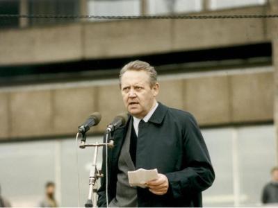 """前东德官员逝世 冷战后期误报""""柏林围墙倒下""""促德国统一"""