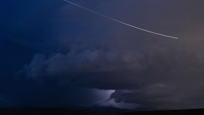 """近地小行星""""WT1190F""""11月13日进入地球大气层 人们可以看到大气层中燃烧情景"""