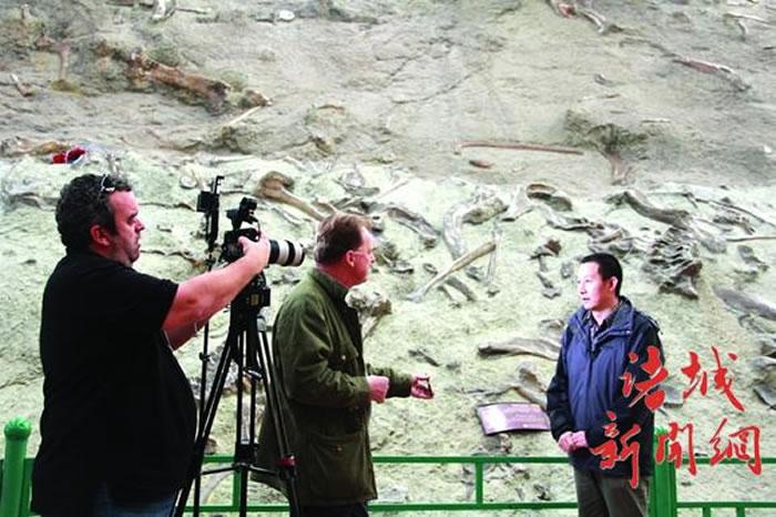 卡塔尔半岛电视台关注中国诸城恐龙化石