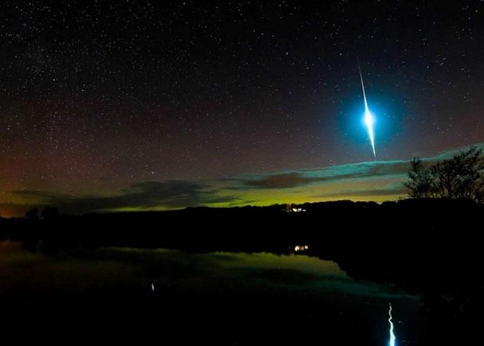 米奇尔幸运拍下金牛座流星雨的其中一颗流星闪耀蓝光,飞越北极光为背景夜空的一幕。