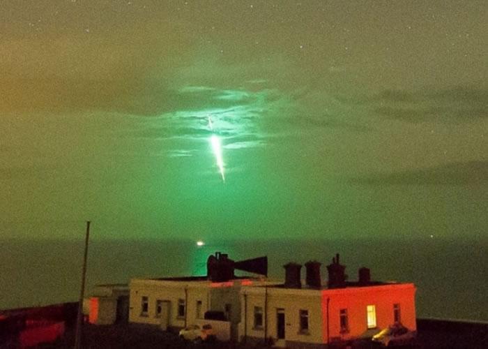 霍贝利于东约克郡拍下的同一颗流星,颜色却呈现鲜艳的绿色。