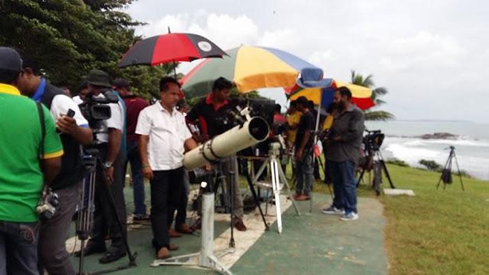 聚集在当地的记者与天文爱好者,但是天气不佳,只听到巨大声响。