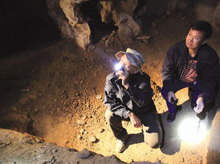 杨雄心介绍福岩洞考古发掘过程