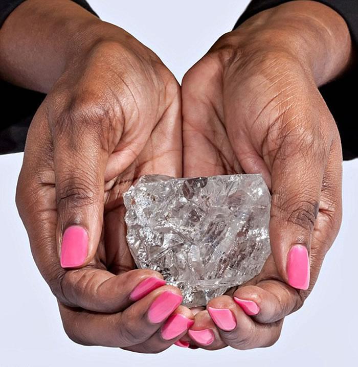 非洲发现世界第二大巨钻,重达1111克拉。