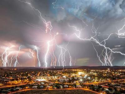 飞机飞往澳大利亚布里斯班途中拍到的恐怖闪电