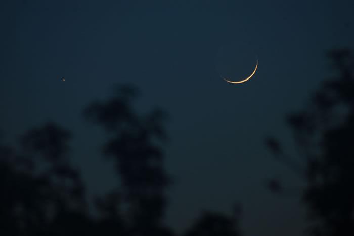 天空中的水星和月亮