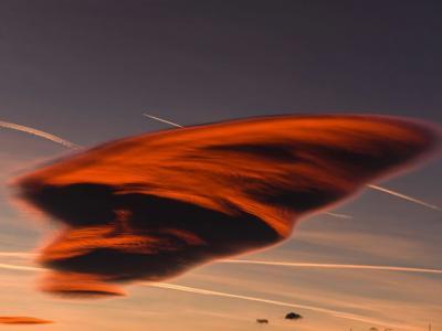马其顿盖夫盖利亚天空出现罕见的形状似飞碟的荚状云