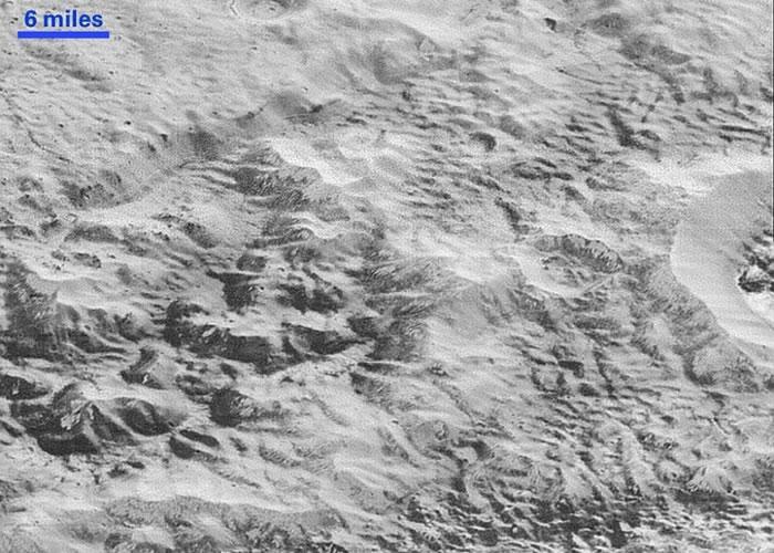 冥王星上部分地方受严重侵蚀,形成名为恶地(badland)的地质结构。