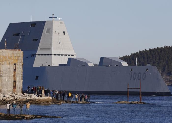 """""""朱姆沃尔特号""""离开船厂,准备出海进行海试。"""