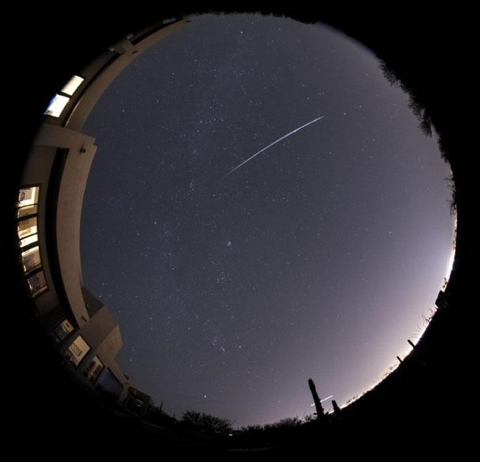 双子座流星雨早在上星期出现,美国有民众在家中拍下流星划过的一刻。