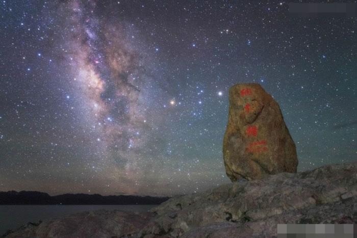戴建峰拍摄出多张壮丽的星空景色。
