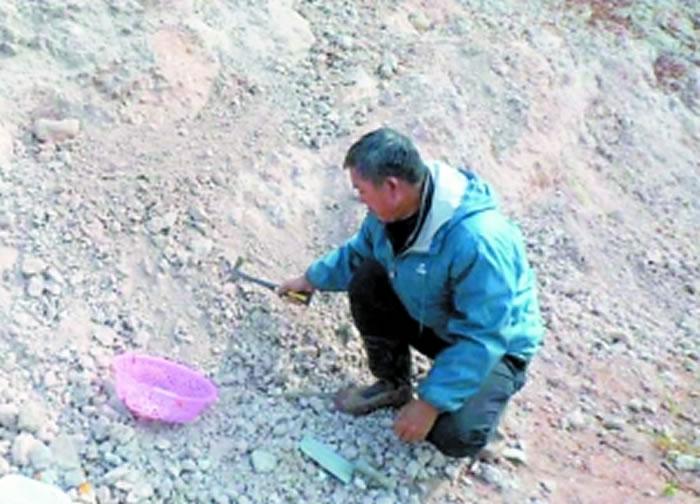 赵灿辉在寻找古生物化石的踪迹