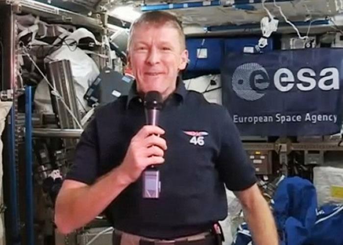 英国太空人皮克(图)日前祝父母圣诞快乐,却打错电话。