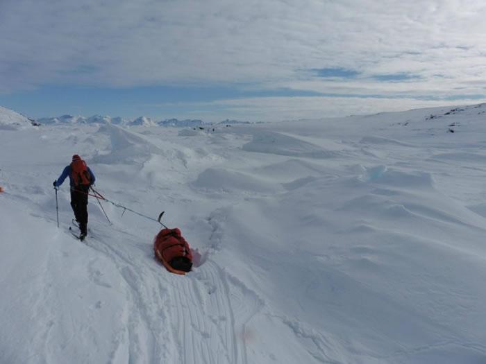 罗拔臣拖极重装备于极地上独自行走