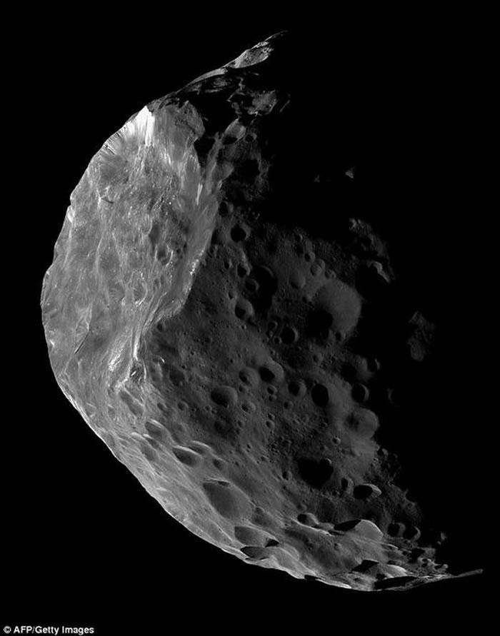 科学家们怀疑土星的卫星土卫九很有可能原先是一颗巨型彗星或是半人马群彗星体,后来被土星的引力捕获而成为其卫星
