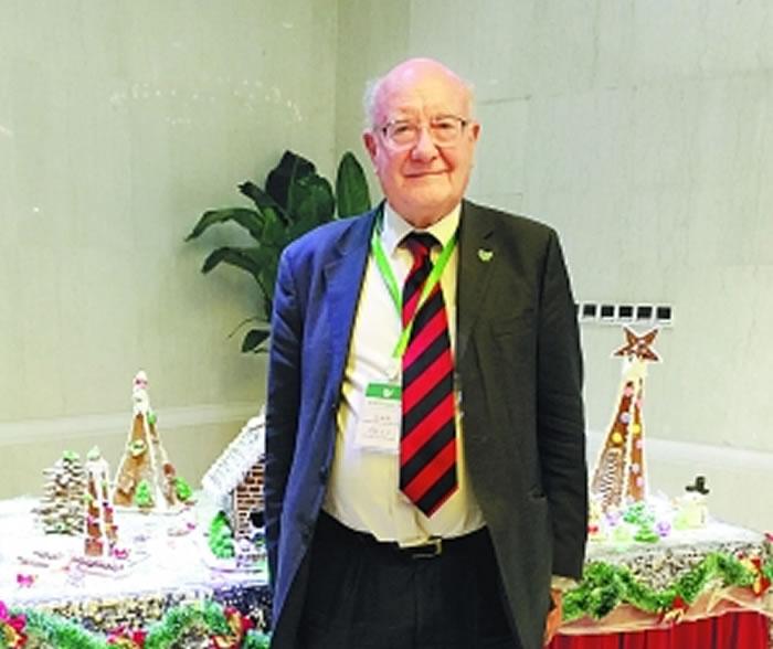 """英国剑桥大学考古学家伦福儒勋爵在第二届世界考古论坛上被授予了""""终身成就奖""""。"""