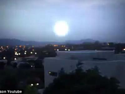 """澳洲堪培拉夜空出现""""球状闪电"""""""