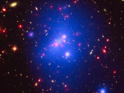 距离地球100亿光年的年轻星系团IDCS 1426散发绚丽光彩