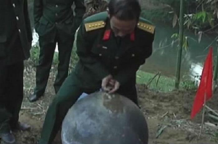 越南军事专家调查由太空坠落的三个金属球物体:初步调查来自俄罗斯