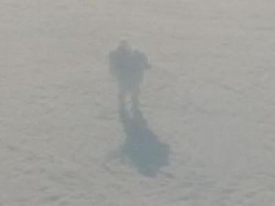 """爱尔兰网友坐飞机时拍到云层上有个""""巨人""""身影"""