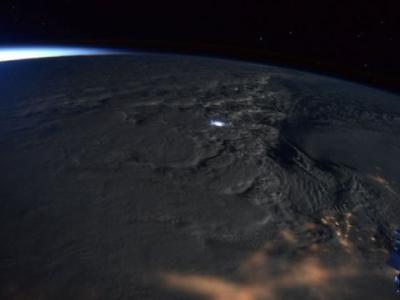 美国太空总署发布的太空照片显示一股暴风雪正在吹袭美国东岸