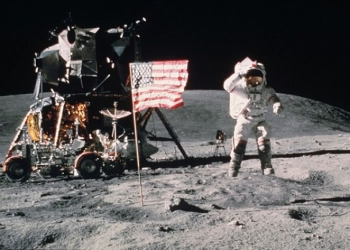 太空人阿姆斯特朗成首个登陆月球的人类