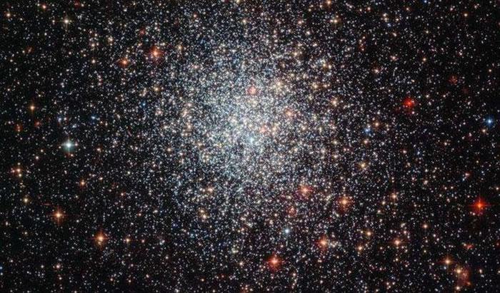 哈勃太空望远镜拍摄的大麦哲伦云星团NGC1783的照片。最新研究表明该星团从外部环境获得了额外的气体形成了新的恒星