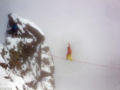 奥地利男子Mich Kemete在海拔3770米高空完成光脚走绳索挑战