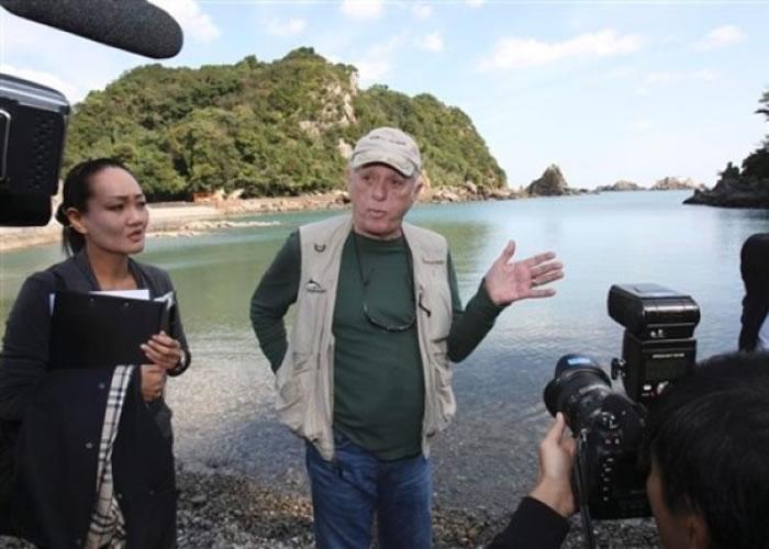 奥巴里(中)为海豚保育的志士,曾多次前赴日本反对捕猎海豚。